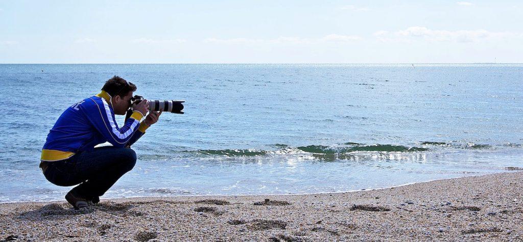 Ron met camera op het strand