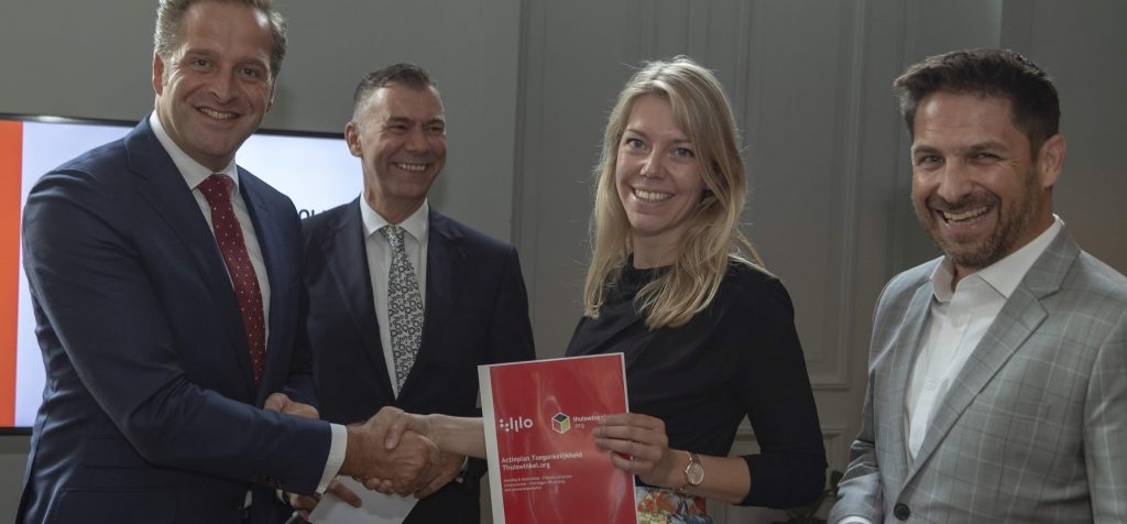 Elaine Oldhoff van Thuiswinkel.org en Ron Beenen bieden r Actieplan Toegankelijkheid aan minister Hugo de Jonge van VWS aan