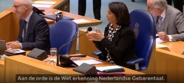 Voorzitter Arib van de Tweede Kamer gebaart: aan de orde is de Wet erkenning Nederlandse gebarentaal
